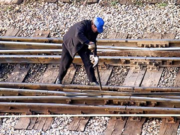 This rail worker faces many dangers every day. If you have been injured while working for a railroad company, call a Little Rock FELA attorney now.